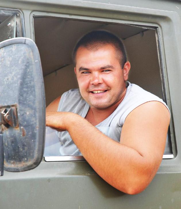 Одним из лучших на завершившейся жатве был  водитель КамАЗа Евгений Александрович РОЖКОВ. С поля на ток он перевез более тысячи тонн зерна