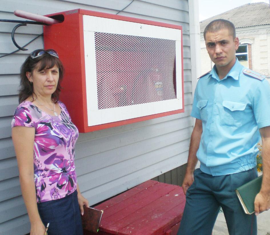 Н.В.Шауберт и А.В.Петренко–  возле пожарного щита детсада