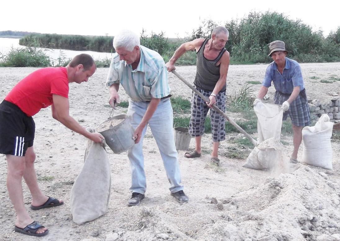 Они возрождают Сосыку– добровольцы на подкормке сазана и карпа (слева направо): Алексей Евсюков, Владимир Волков, Анатолий Гриднёв, Иван Бутко