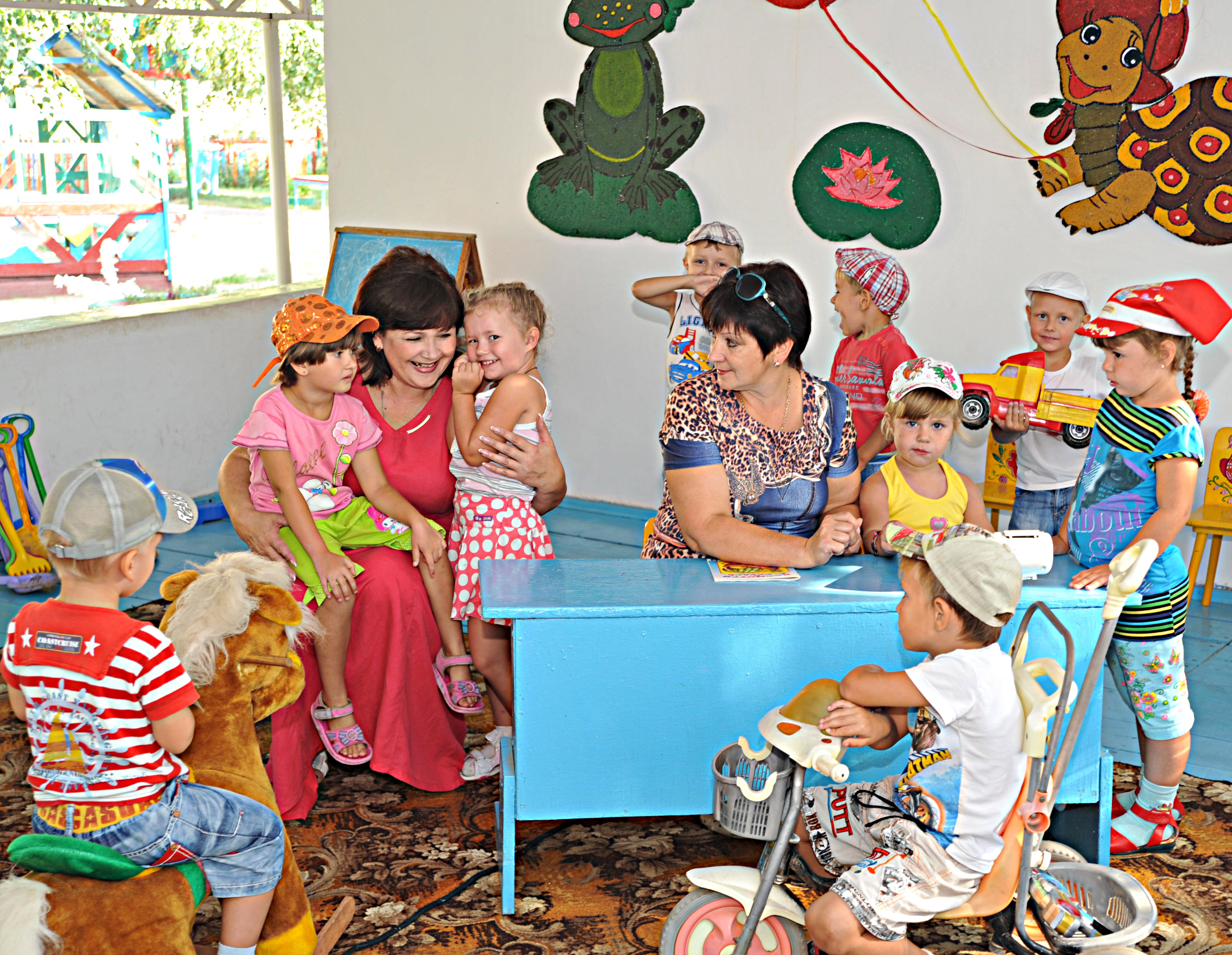 Со своими любимыми воспитанниками  в средней группе  заведующая   Ольга Владимировна ПРИЙМАК (слева)  и воспитатель  Ирина Олеговна Довбня