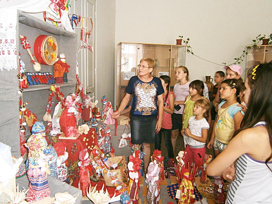 """Дети из лагеря """"Павловчанин"""" осматривают выставку кукол"""