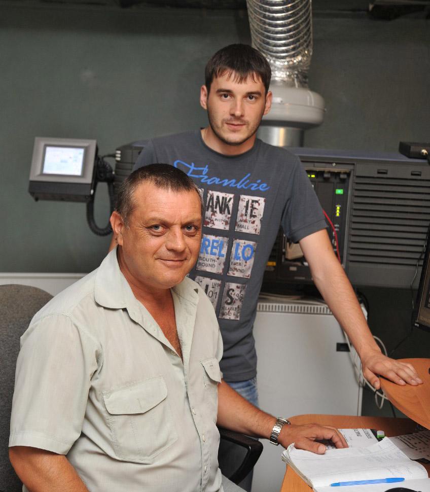 Оператор цифрового показа Александр Александрович Живилов (слева) и главный инженер  Дмитрий Викторович Гупало