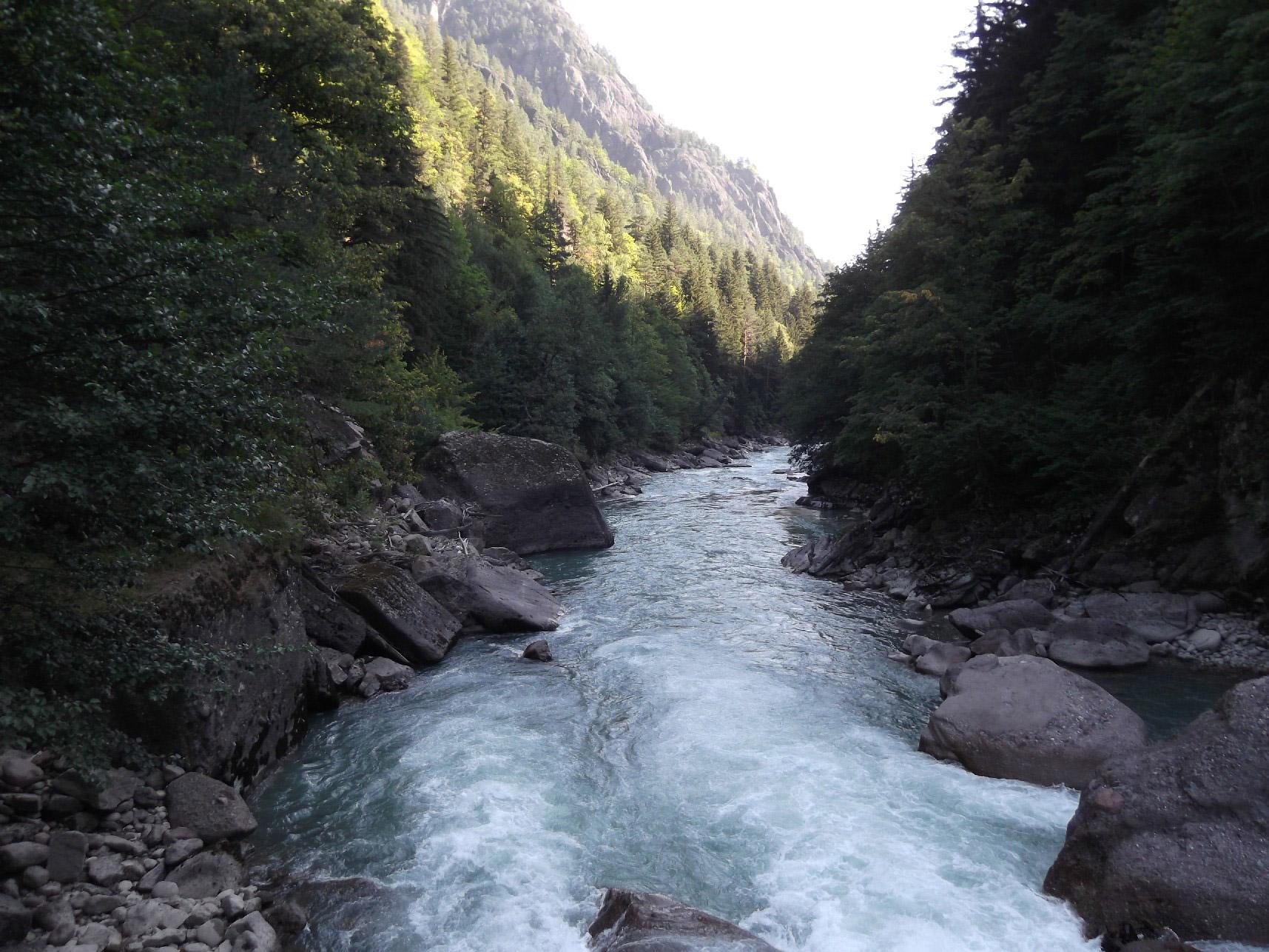 Река Большая Лаба, вдоль неё идёт весь путь, рядом с ней находятся кислые источники