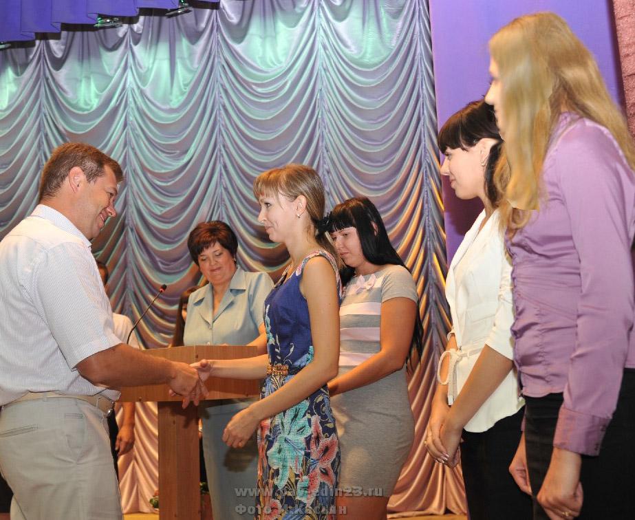 Глава района А.В. Мельников вручает трудовые книжки молодым педагогам