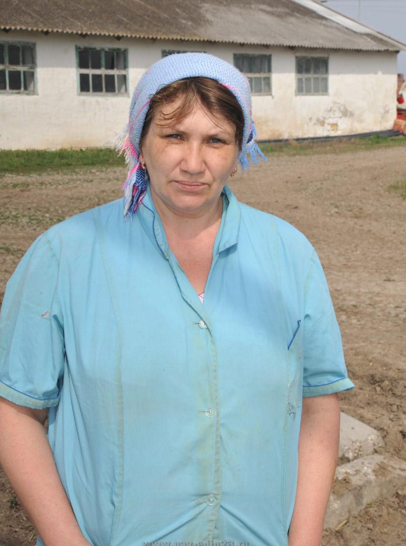На МТФ ЗАО «Юбилейное» содержат 170 дойных коров. Здесь трудятся пятеро доярок. Лучшие показатели по надою (тонна в день) у Елены Викторовны ОСМАЧКИНОЙ. Она работает на ферме уже 10 лет. Сейчас у нее в группе 45 первотелок