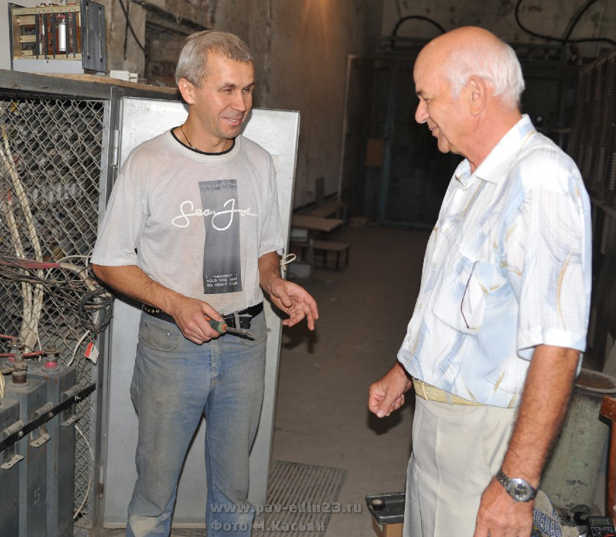 С.В. Сурков и главный инженер Александр Степанович Бакуменко, работающий на предприятии со дня его открытия