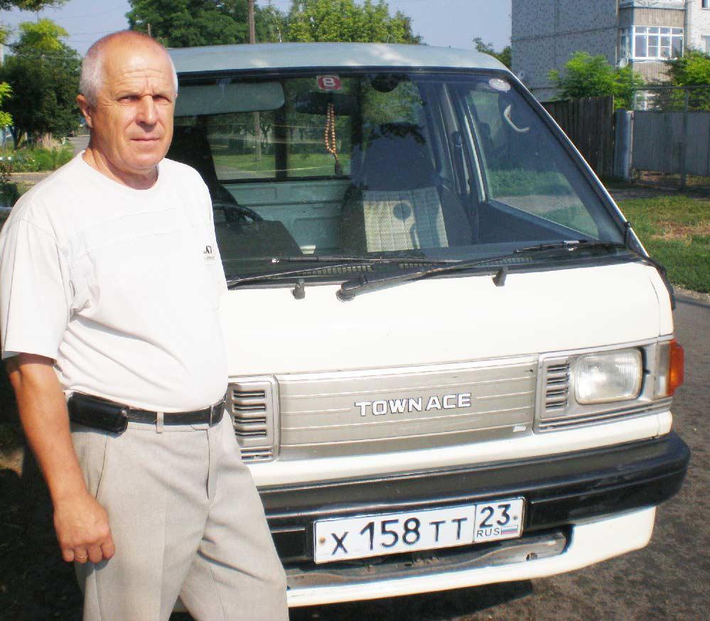 Н.П. Смирнов возле своего праворукого грузовичка