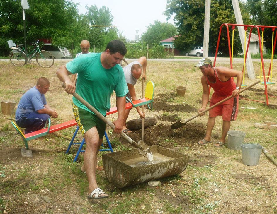 Родители в поселке Набережном устанавливают детскую площадку