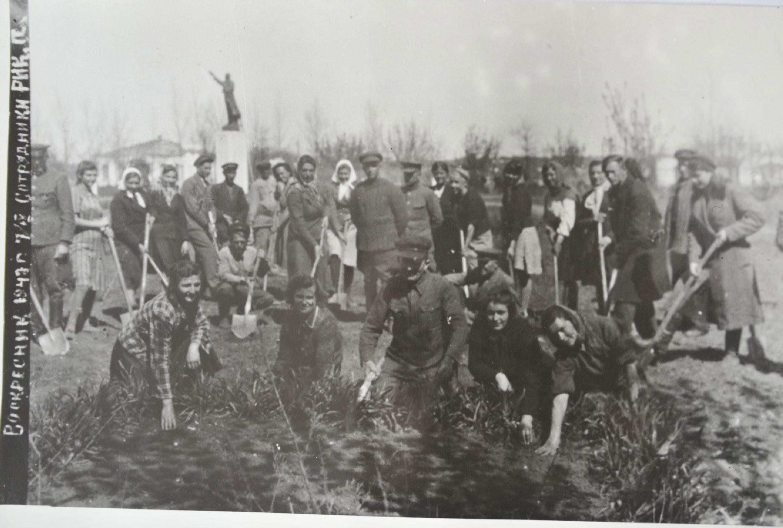 Апрель 1947года, работники районного исполнительного комитета (РИК) на посадке деревьев в парке ст. Павловской (из фондов архивного отдела)