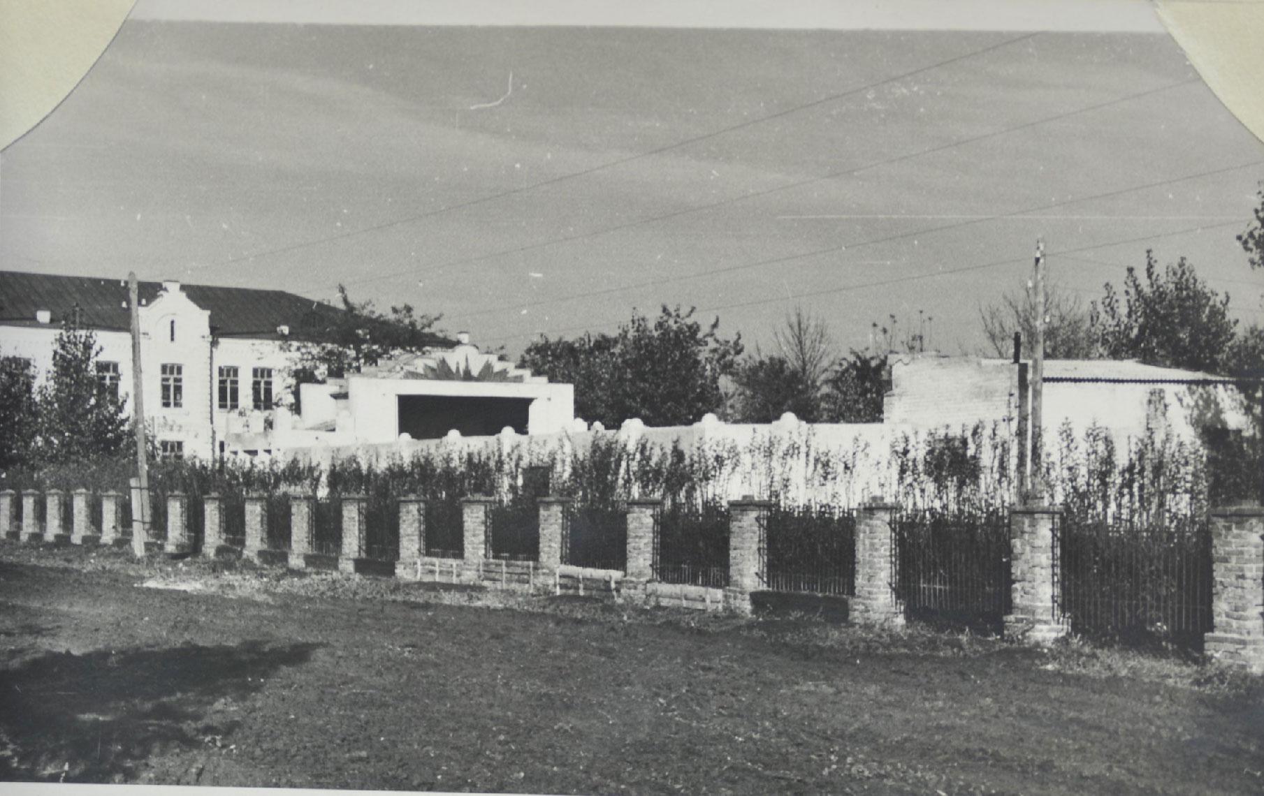 Парк ст.Павловской (вид с улицы Юных ленинцев) с летним кинотеатром  на переднем плане и зданием СШ№2 слева (из фондов архивного отдела,  примерно, начало  60-х годов прошлого века)