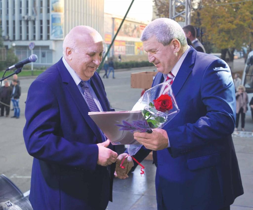 М.Н. Кузнецов получает награду  от руководителя краевого комитета профсоюза АПК Ф.В. Довженко