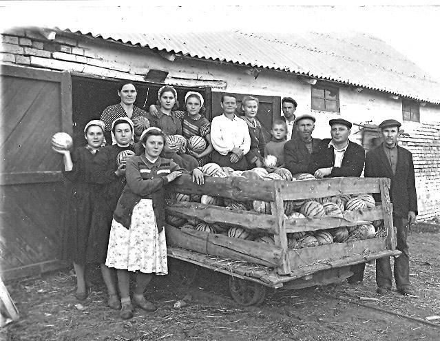И сладкая ягода нужна была военнослужащим. На фото более чем 60-летней давности коллектив райзаготконторы после сортировки арбузов перед их отправкой по разнарядке.