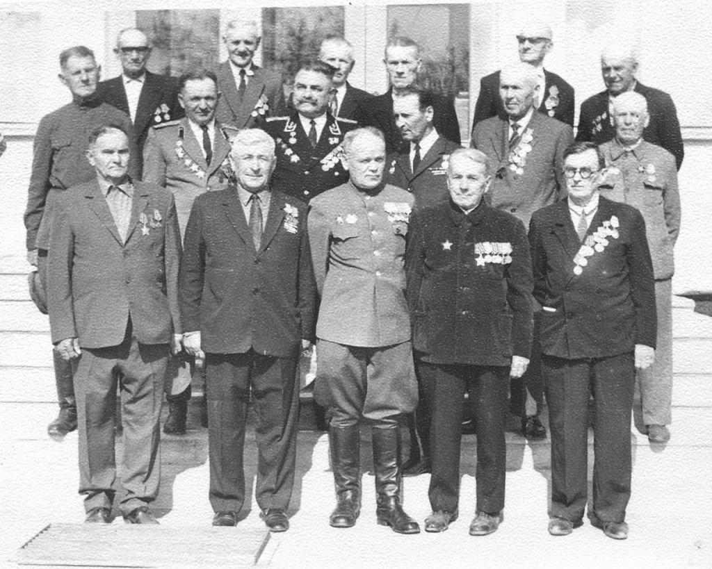 На снимке 70-х годов группа павловских ветеранов на ступеньках райкома партии после очередного награждения. Во тором ряду второй справа В.Г. Христоев, рядом с ним И.П. Кушнарев, Е.Т. Фоменко.