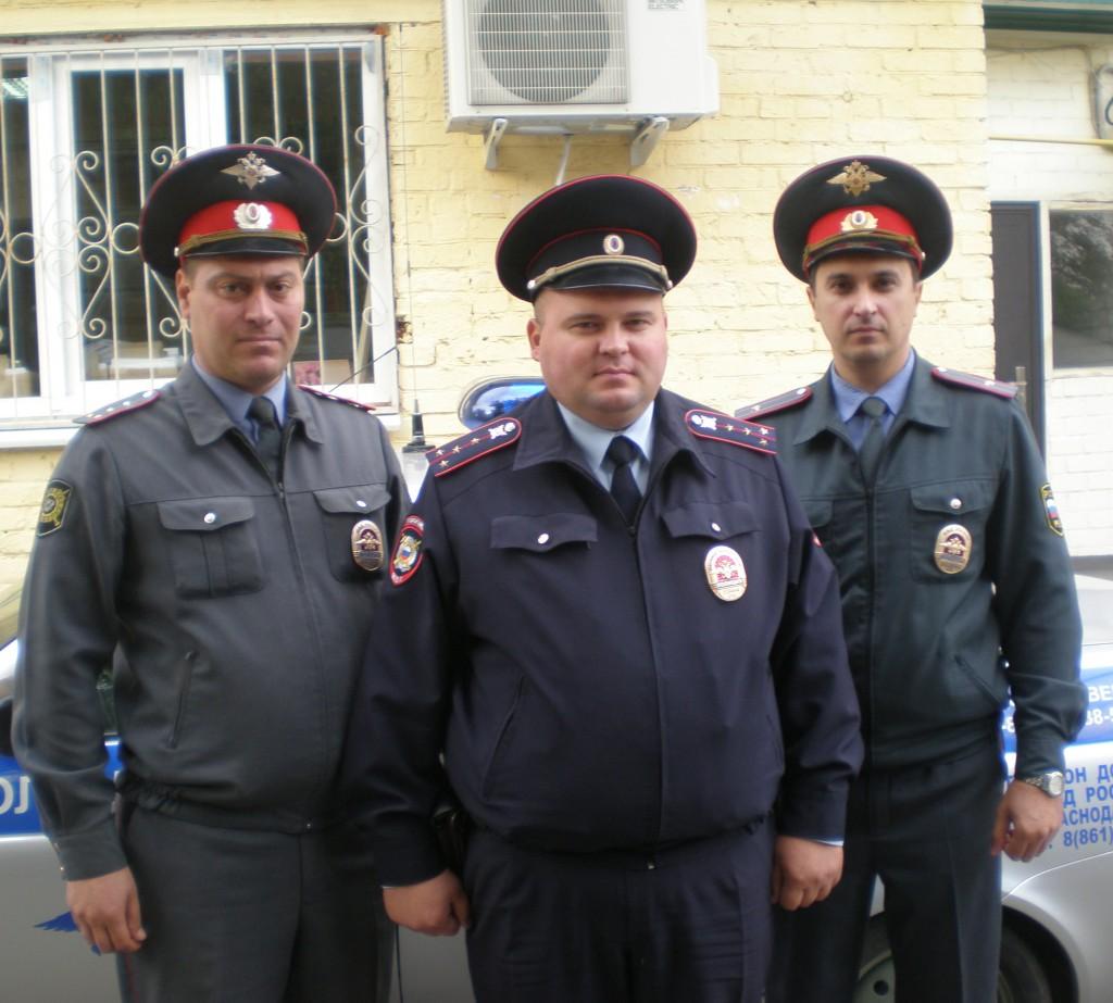 Слева направо: С.В. Федосов, Д.В Кутельма, В.А. Цапко  представляют лучших сотрудников райотдела полиции
