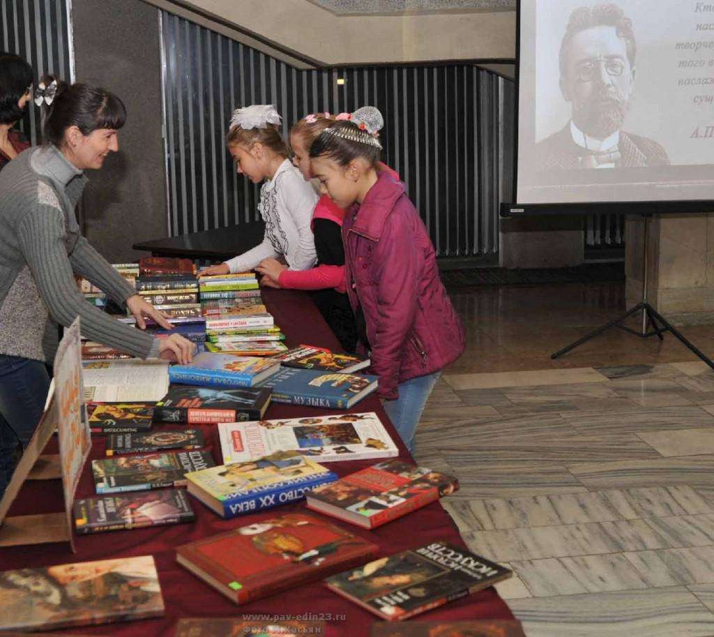 Среди книжных новинок.  У выставок библиотек. Фото М. Касьяна.