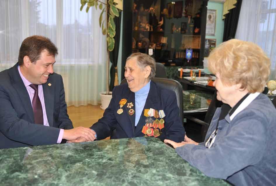 Р.М.Кабрину поздравляют  глава района  А.В. Мельников  и председатель районного совета ветеранов   З.С.Капканец