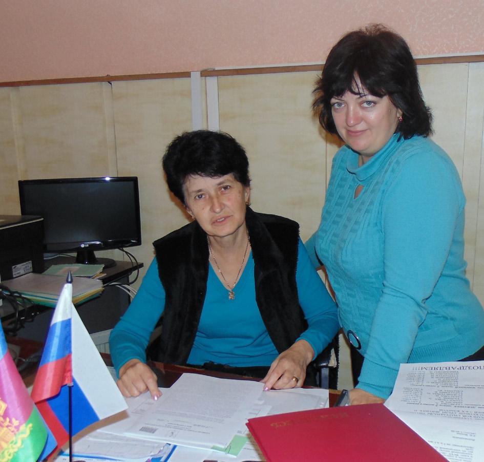 Слева направо: директор СШ № 1 Л.Н. Радуль и заместитель директора по финансово-экономической работе Т.А. Волик