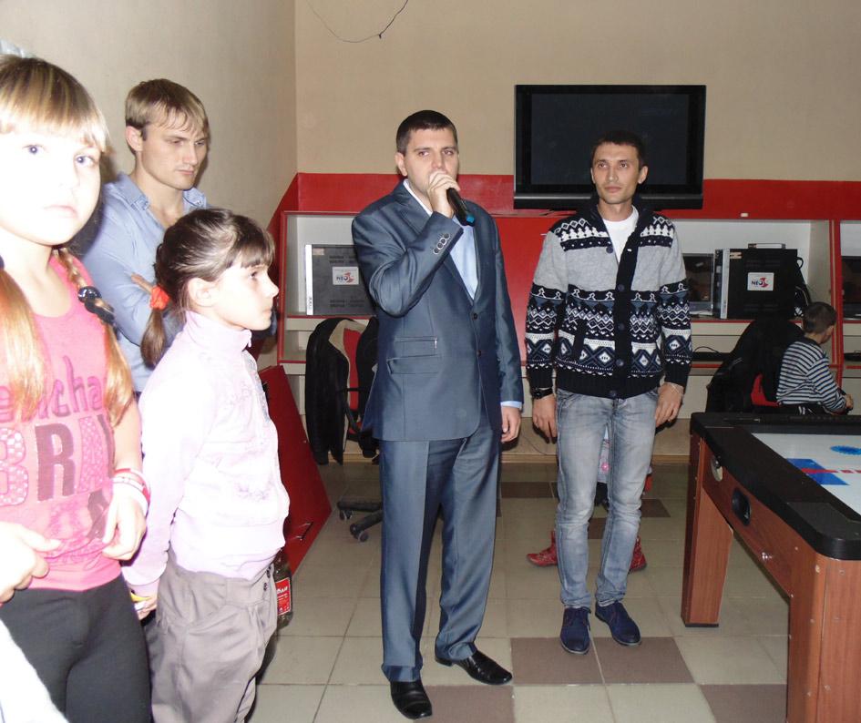 М. Шевляков и И. Выголов (слева направо) поздравляют детей