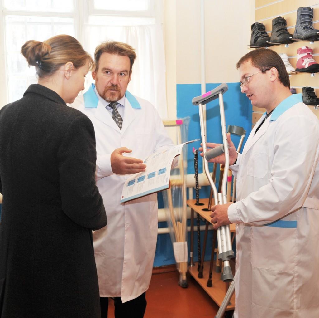 Здесь подскажут и подберут любое изделие заведующий филиалом А.А. Бовкун и инженер-протезист В.А. Гурбич (слева направо)