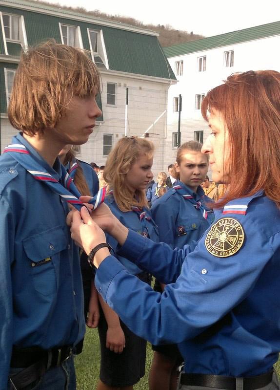 Галстук нашему Грише ШУМКО (слева) повязывает руководитель лагерной смены Галина ЛЕГИНА
