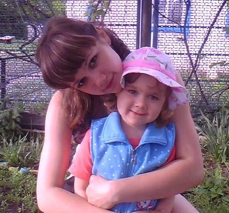 Кристина Пелих с сестричкой Сашей. Фото из семейного альбома.