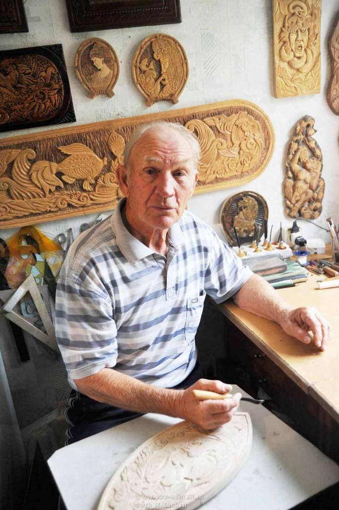 Владимир Емельянович за работой. В руках мастера обычное дерево  оживает и  превращается в  узнаваемые образы.