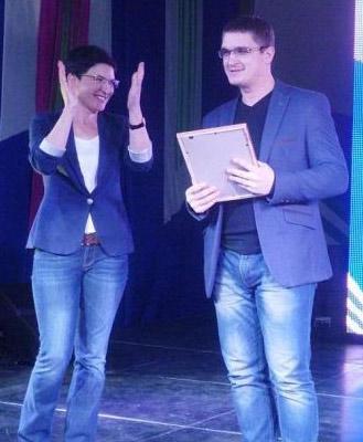 Руководитель департамента молодежной политики Елена Калашник вручила одну из наград молодежному лидеру района Геннадию Стрюку