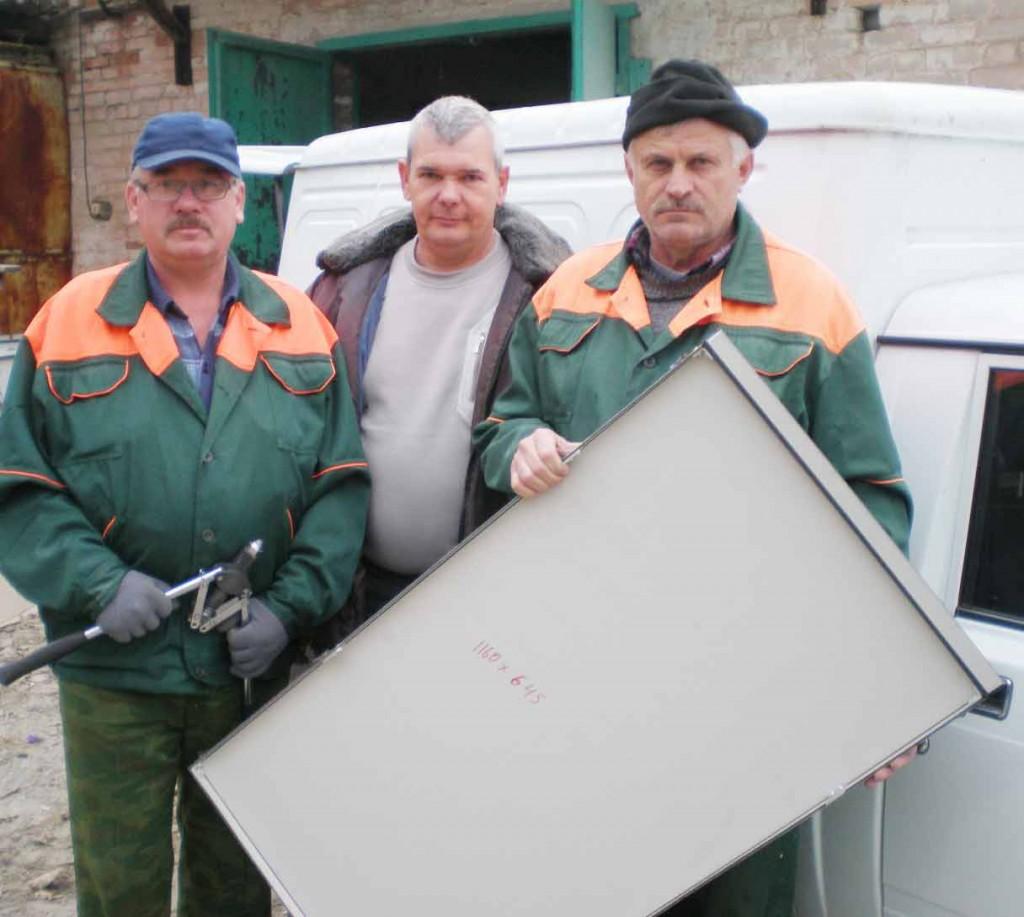 Слева направо: Г.Д.ГОРБАНЕЦ, Н.А.ДОНЕЦ и С.В.СОЛОМАТИН, изготавливающие панели для облицовки фасада