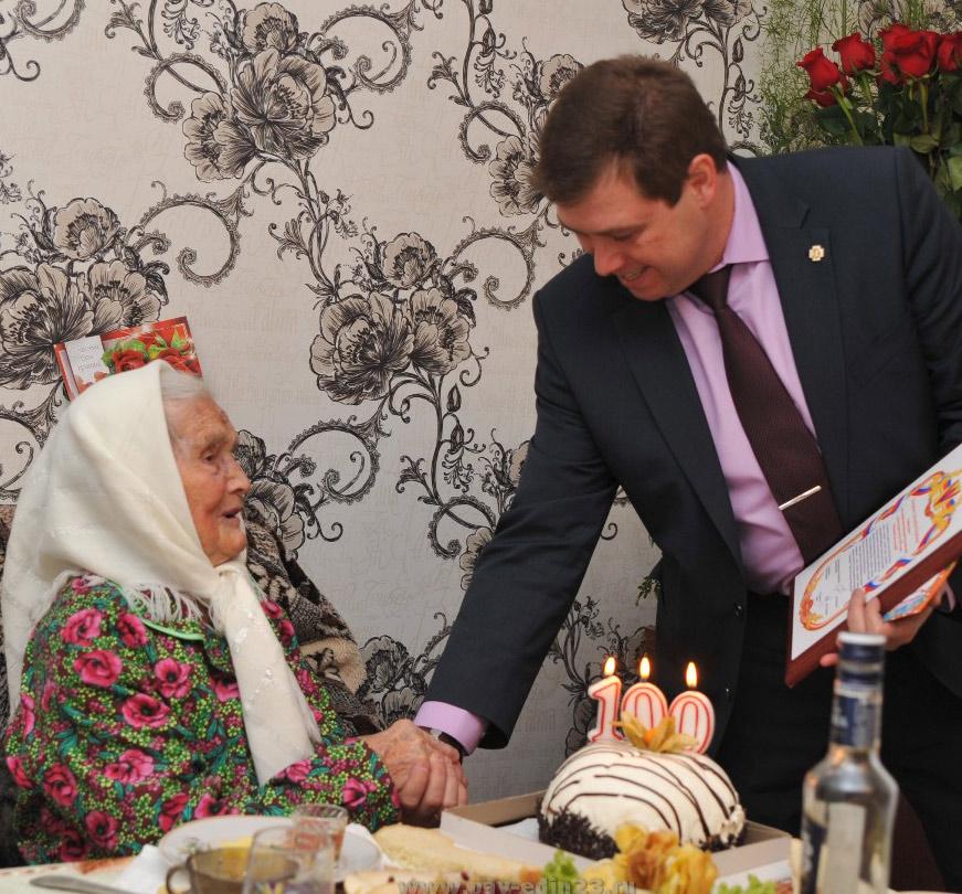 С днём рождения Александру Никитичну поздравил глава района Алексей  Мельников
