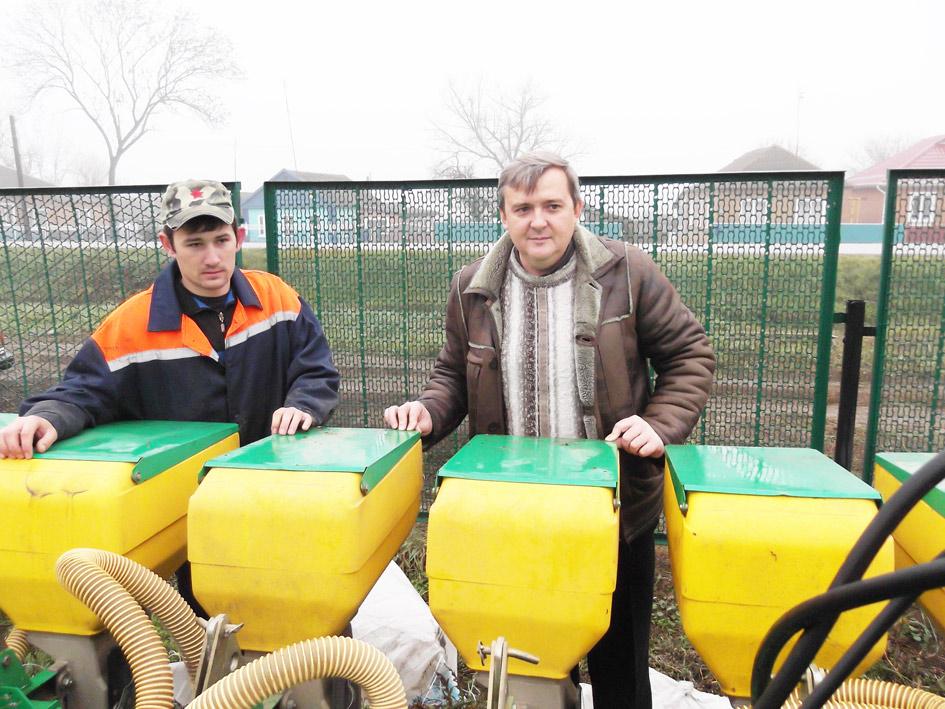 Главный агроном Владимир Шумилов (слева) и механизатор Антон Руденко осматривают сеялку