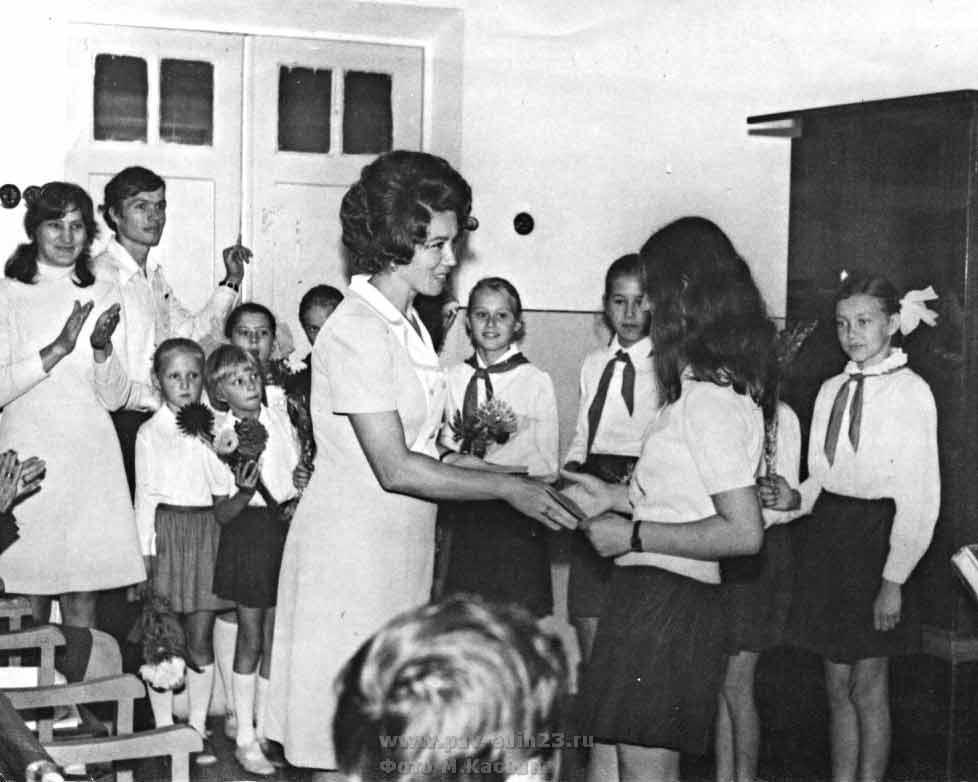 Председатель райкома профсоюза работников образования Н.М.МЫШКО на посвящении в молодые учителя (1974 год)