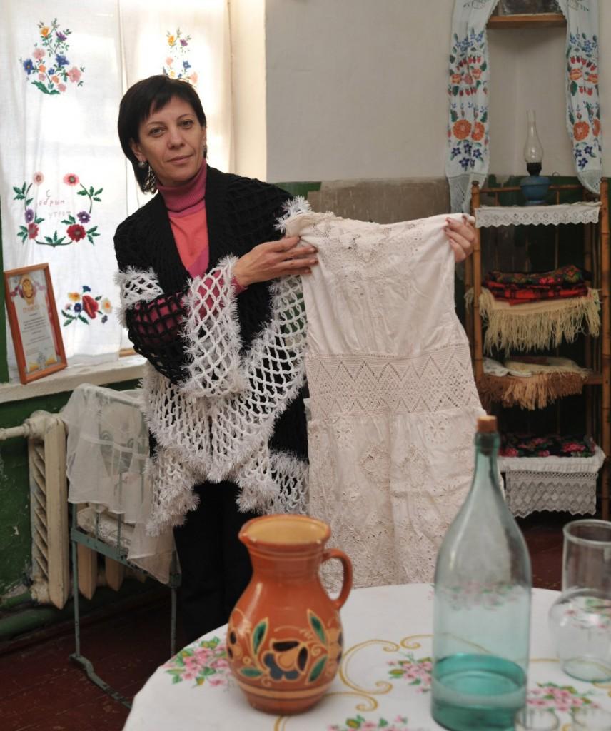 Экспонаты-раритеты казачьего уголка показывает заведующая сельским клубом хут. Междуреченского Антонина Завгородняя