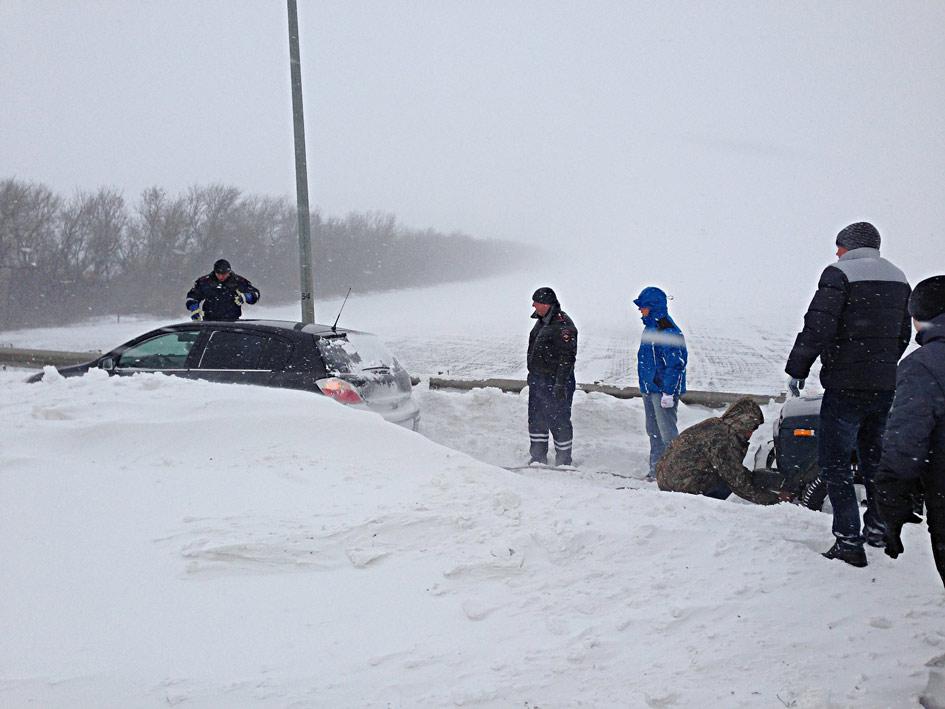 Сотрудники ДПС вытаскивали  из сугробов застрявшие машины