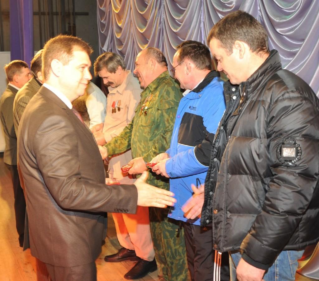Глава района Алексей Мельников вручает юбилейные медали