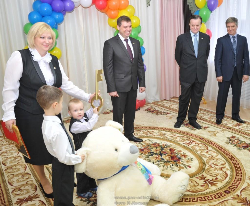 На торжественном открытии детского сада. Слева направо:  Д. Соколовская, А. Мельников, А. Быков и А. Чигирин
