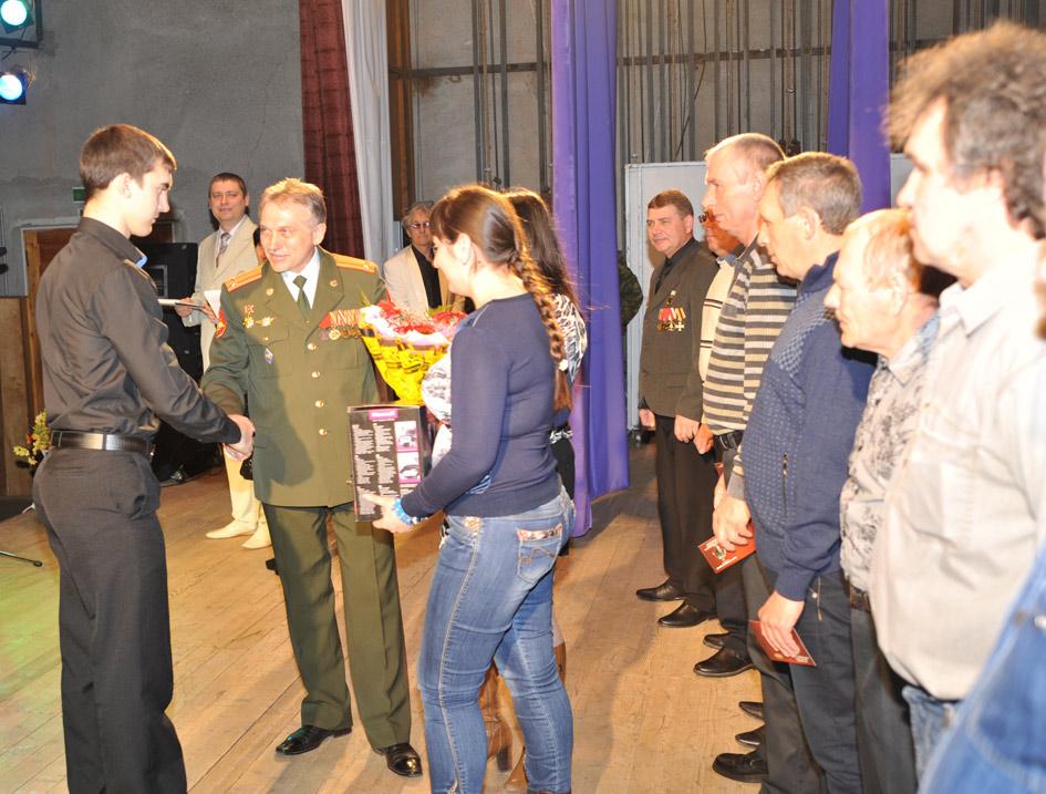 С честью вернулся из «горячей» командировки в Дагестан отслуживший в Новороссийской воздушно-десантной дивизии В. Бруяка (на снимке). Он получил удостоверение ветерана боевых действий.