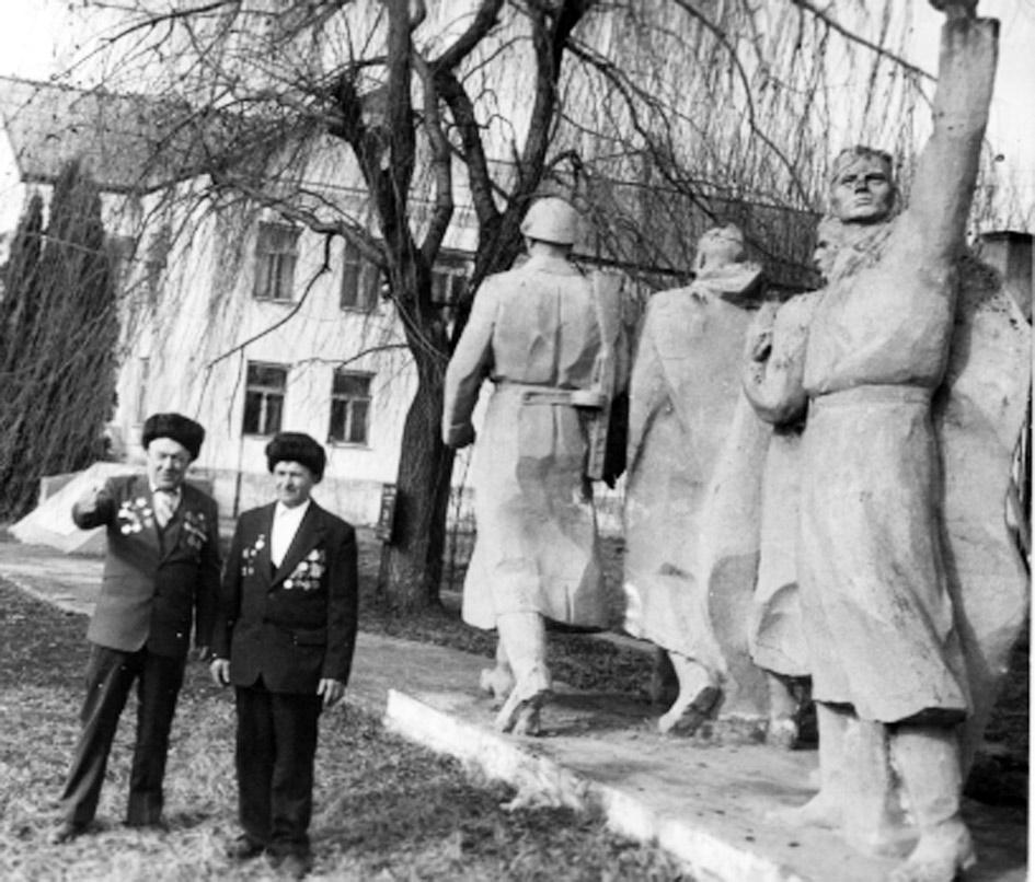 На старом фото однополчане В.А. Сморшко (справо) и Т.Е. Матвийченко на празднике 9 Мая в ст. Новопетровской