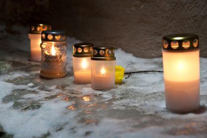 Зажгли поминальные свечи