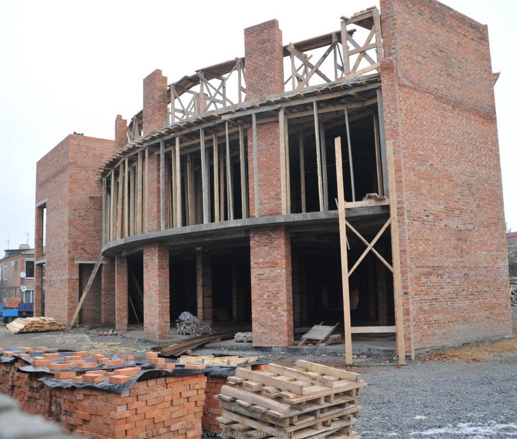День ото дня растёт новый торговый центр  на ул.Гладкова