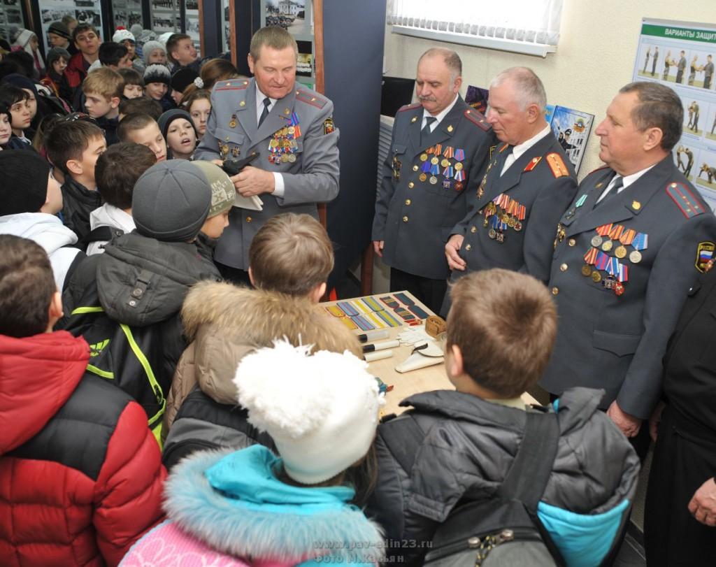 В преддверии Дня защитника Отечества и в рамках месячника оборонно-массовой и военно-патриотической работы ветераны роты ДПС встретились с учащимися школ района.