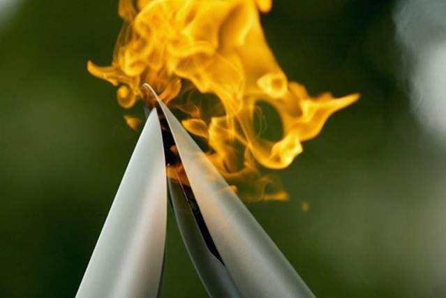 Гришина несёт   паралимпийский огонь