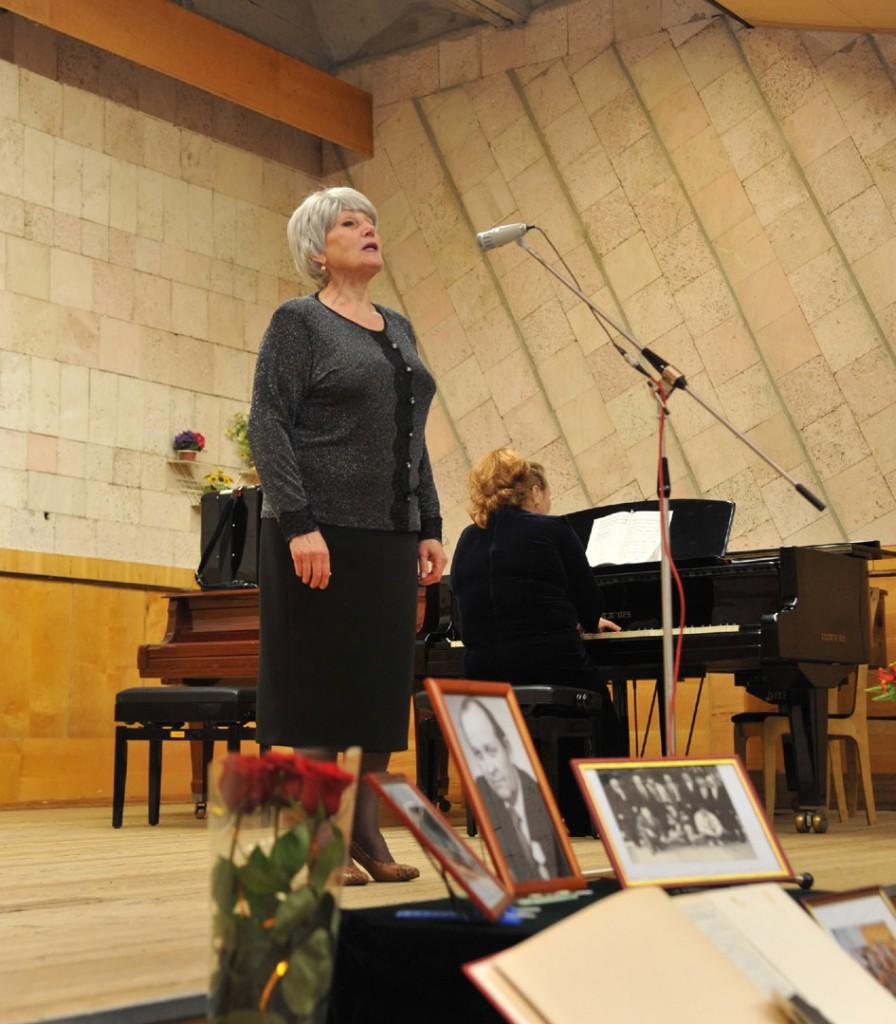Две песни исполнила преподаватель ПДШИ Вера Елкина. Одна из них называется «О тебе», её композитор написал специально для павловчан.