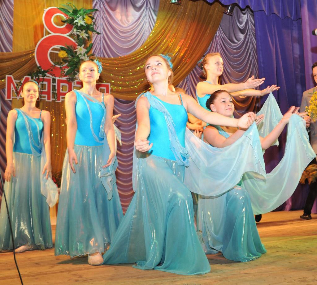 Танцуют взрослые участницы образцового хореографического ансамбля «Улыбка»