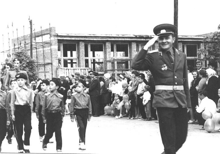 Фото В.Кузьменко из архива Павловского историко-краеведческого музея, примерно 1972-73 гг. Колонну учеников возглавляет В.Белодедов. На заднем плане строящееся здание РДК.