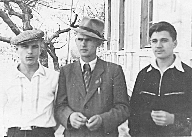 П. СЛЮСАРЕВ (в центре) с участниками художественной  самодеятельности станицы Павловской А. ЛЕВЧЕНКО  (слева),  Н. ПОДДУБСКИМ. Примерно 1955 год.