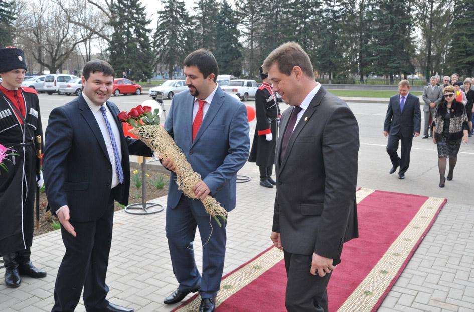 Директор Павловского СКЦ В.Заярин встречает на красной дорожке гостей – Р.Семихатского и А.Мельникова