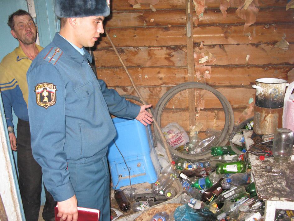 А.В. Петренко в доме П.М. Кудрича в Незамаевской. Хозяин– далеко не трезвый– на заднем плане. Так выглядит часть прихожей