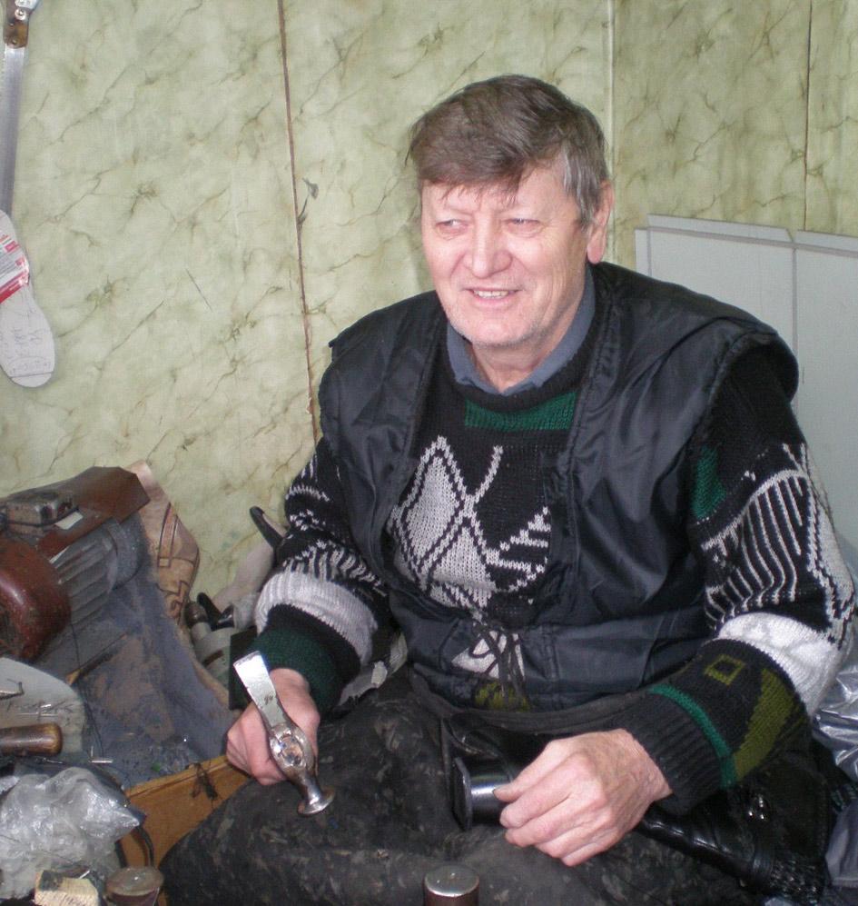Многие павловчане знают обувного мастера Алексея Ивановича АУЛУ.