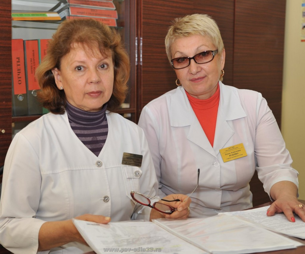 Слева направо: Л.ЧЕПРАСОВА, заведующая отделением медицинской профилактики, и О.РУДЕНКО, старшая медицинская сестра этого отделения