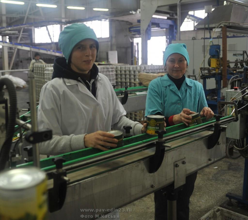 На линии сладкой кукурузы работают рядом ученица Кристина Николаевна КУДЕЛИНА и её наставник   Зинаида Павловна КОРНИШКОВА